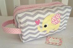 Necessaire Baby Box é ótima para guardar os produtos do seu bebê e também para usar como porta fraldas. Confeccionada em tricoline (100% algodão), estruturada e com aplicação do tema.