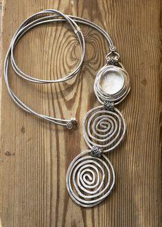 Lunga collana collana di istruzione in pelle di danielapalatnik Wire Necklace, Long Pendant Necklace, Wire Pendant, Leather Necklace, Leather Jewelry, Stone Necklace, Metal Jewelry, Leather Cord, Gold Leather