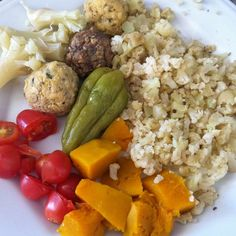 Almoço de hoje: arroz fake de couve flor bolinhos se carne e frango legumes cozidos e tomate  #eatclean #emagrecer #lowcarb #cozinhafit #lowcarb #diet #dieta #dietaetreino #fit #30tododia  #30diasparasecar by aurealima