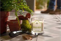 Bougie parfumée Sous Bois. L'odeur des promenades dans la campagne française ! Cette bougie parfumée exhale les senteurs variées des sous-bois : odeur de mousse de chêne, de bois odorant, de terre humide et d'humus