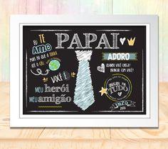 Um lindo presente criativo e que ficará marcado para sempre! Use esta arte como cartão ou coloque a moldura e faça um maravilhoso quadrinho. Esta arte é personalizada para você e digital , para você imprimir quando e como quiser - em casa ou gráfica rápida. Após a criação, enviaremos o arquivo... Chalkboard Wall Kitchen, Chalkboard Wall Bedroom, Lettering, Blog, Tags, Gifts For Father, Easy Gifts, Creative Gifts, Chalk Writing