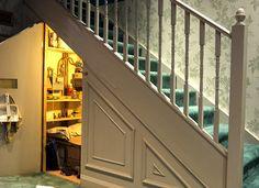 O espaço embaixo da escada, em casa ou apartamento, pode ser muito bem aproveitado, tanto para efeitos de decoração quanto de usabilidade no imóvel.