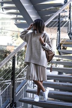 Gros pull et jupe plissée /street Look / ootd / outfit of the day / lovely tenue outfit / woman look Mode Outfits, Skirt Outfits, Winter Outfits, Casual Outfits, Fashion Outfits, Skirt Ootd, Winter Clothes, Skirt Fashion, Sneakers Fashion