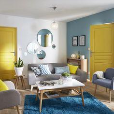 un salon plein de couleur avec la tendance california du jaune pour les accessoires