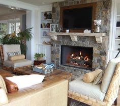 inspiring-beach-style-living-room-design-with-built-in-tv-above-fireplace-mantel-next-to-built-in-shelves-plus-leather-couch-added-with-leather-armchair-and-wooden-table-perfected-with-palm-tree-915x810.jpg (915×810)