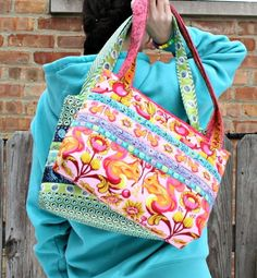 Arabesque Bag Pattern | Add a splash of color to your closet with this free bag pattern!