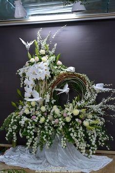 where this display is, I do not known. Creative Flower Arrangements, Flower Arrangement Designs, Funeral Flower Arrangements, Grave Decorations, Diy Wedding Decorations, Flower Decorations, Funeral Bouquet, Funeral Flowers, Modern Floral Design