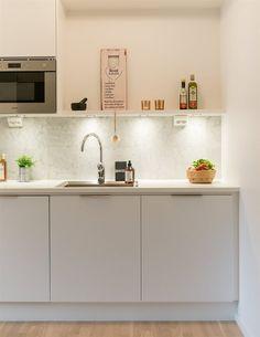 KÖK: Solid vit | Ballingslöv. LOCATION: Lägenhet med hög standard och lyxig känsla i Tyresö.