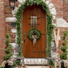 Stunning 37 Gorgeous Christmas Tree and Wreaths in the Front Door https://toparchitecture.net/2017/11/26/37-gorgeous-christmas-tree-wreaths-front-door/