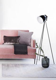 Moderner Samt Look! Wir lieben unser Rosa Samt Sofa Fluente für seine Wandelbarkeit. Hier modern interpretiert mit einem zeitlosen grauen Teppich, einer coolen Stehlampe und dezenten Accessories in gedeckten Tönen. So holen wir uns den Velvet Trend gerne ins Wohnzimmer! Interior Modern, My Room, Future House, Living Room, Pink, Design, Trends, Home Decor, Cool Floor Lamps