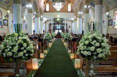 Wedding Church Aisle, Church Ceremony, Wedding Arrangements, Flower Arrangements, Wedding Isle Decorations, Wedding Isles, Altar, Wallpaper Decor, Wedding Locations