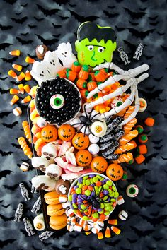 Create a festive Halloween Candy Charcuterie Board on a coffin platter filled with Halloween treats. Perfect for a Halloween party or movie night! Halloween Snacks, Halloween Movie Night, Halloween Punch, Halloween Festival, Halloween Cupcakes, Halloween 2020, Holidays Halloween, Halloween Make Up, Halloween Recipe