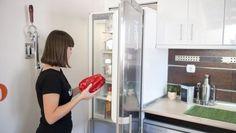 En este briconsejo os enseñamos cómo se cambia el sentido de apertura de la puerta de un frigorífico o nevera.