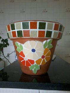 Vaso pequeno em cerâmica, revestido em delicado mosaico de flores em azulejos e pastilhas de vidro, by Sueli Cemin