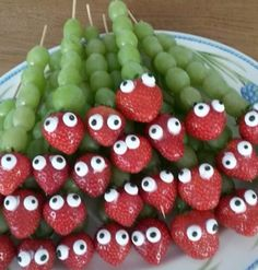 Healthy Halloween Snacks for Kids Party Food Art (Creative Presentation) Healthy Halloween Snacks, Healthy Snacks, Healthy Recipes, Halloween Fruit, Halloween Party, Eat Healthy, Healthy Classroom Snacks, Halloween Food Ideas For Kids, Strawberry Halloween