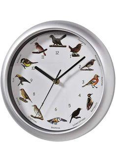 BonPrix € 19,99 Elk uur tussen 7uur 's morgens en 22uur 's avonds klinkt het gefluit van een tuinvogel, alsof die zich net in je huis bevindt. De 12vogelgeluiden van bv. de koekoek, het winterkoninkje, roodborstje enz. De wijzer duidt dan de juiste illustratie op de wijzerplaat aan. Werkt op 3mignonbatterijen (AA) - worden niet meegeleverd. Omlijsting: zilverkleur.