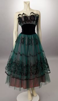 Looks like a gigantic pheasant feather. I love it!1950s green tulle - such rich, deep colours!