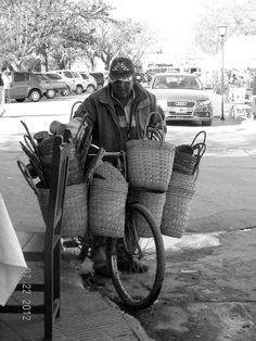 Vendedor de canastos de yute. Salta Argentina