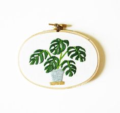 Moderne Hoop Kunst Monstera Pflanze im Topf - Oval Stickerei