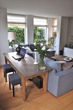 woonkamer inrichten met sidetable achter bank | Woonkamer indeling ...