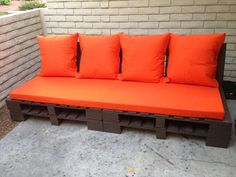 DIY Pallet Outdoor Couch with Cushion | Pallet Furniture (Dunway Enterprises) http://dunway.info/pallets/index.html