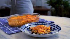 Receita com instruções em vídeo: Não tem massa  em casa? Aprenda a fazer uma diferente e maravilhosa lasanha com batata!   Ingredientes: 2 colheres de sopa de azeite, 1 cebola cortada em cubinhos, 1 dente de alho picado, 400g de peito de frango desfiado, 2 colheres de extrato de tomate, Sal, Pimenta do reino a gosto, 250g de batata, 200g de requeijão, 300g de queijo muçarela ralado