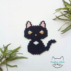Une petite Miette pour commencer l'année. Avec cet air hautain, ça lui ressemble assez! #jenfiledesperlesetjassume #miyuki #beadwork #perleaddict #perlesmiyuki #chat #cat #brickstitch #motifpauline_eline