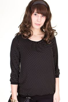Viva la Mama | The blouse/shirt ELODY for pregnancy and maternity with breastfeeding opening is ideal for mommys with a casual-chic style. The black colour with white polka dots is a super modern classic. ELODY makes discreet breastfeeding everywhere possible.