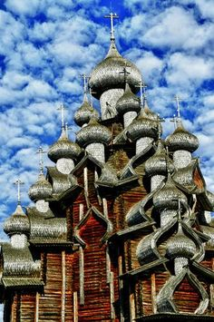 The 22-dome Transfiguration Church is part of the Kizhi Pogost, a site dating from the 17th century, on Kizhi island, Lake Onega, Republic of Karelia, Russia. The church is constructed entirely of wood and is a UNESCO World Heritage Site. Astrogeographic position: in the solid, conservative and traditionalistic earth sign Capricorn and the spiritual air sign Aquarius. Valid for field level 4.