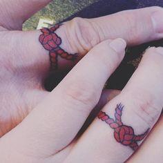 Tatuaje de hilo rojo anudado