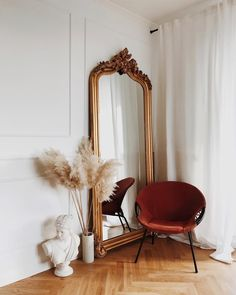 Perfection: Pampas grass & vintage mirror.