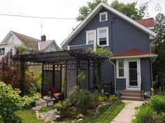 Haus in Minneapolis, Vereinigte Staaten. This century-old, two story craftsman bungalow is loaded with charm to welcome you. Enjoy your coffee in the lovely, zen-style backyard garden patio. Located 10 minutes from the airport, downtown Minneapolis, on bus lines and 1 mile from light rai...