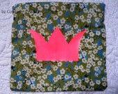 pochette en liberty vert avec une couronne rose fluo
