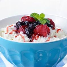 This healthy dessert has a secret weapon: a drizzle of rum for an unforgettable kick! Berries And Cream Recipe, Strawberry Slice, Healthy Sweets, Cream Recipes, Calorie Diet, Delicious Desserts, Paleo, Food And Drink, Tasty
