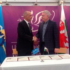 El Primer Ministro de Gales comprometió su visita a Chubut http://www.ambitosur.com.ar/el-primer-ministro-de-gales-comprometio-su-visita-a-chubut/ Será para los festejos por los 150 años de la colonización. Fue a través de un Memorándum de Entendimiento que el gobernador Martín Buzzi firmó con Carwyn Jones este miércoles, en el marco de la apertura del Eisteddfod de ese país en el que Chubut cuenta, por primera vez, con