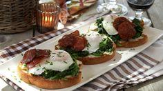 Smørbrød med chorizo, posjert egg og smørdampet spinat - Kos - Oppskrifter - MatPrat