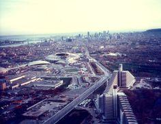 Vue aérienne de la rue Sherbrooke et des installations olympiques en construction (1976) / Archives de la Ville de Montréal
