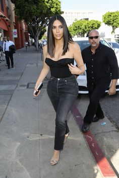 Kim Kardashian spring street style with Levi`s skinny cropped high waisted jeans and black bustier top (April Estilo Kardashian, Look Kim Kardashian, Kim Kardashian Haircut, Kardashian Jenner, Hair Colorful, Kim K Style, Style Blog, Moda Casual, Spring Street Style