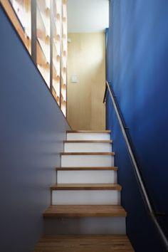 階段室は鮮やかなロイヤルブルー。蹴込みには乳白の樹脂板がはめ込まれており、階段下のトイレの明かりが淡く透過する仕掛け。  japan-architects.com