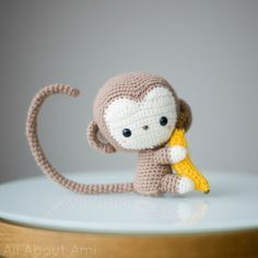 Patrón gratis de un precioso mono amigurumi para conmemorar el año del mono chino. El patrón está en español y describe paso a paso.