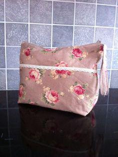 Toalettveske:Design: Mona Rosvold Bauge Pouches, Messenger Bag, Satchel, Quilts, Bags, Design, Handbags, Quilt Sets, Quilt