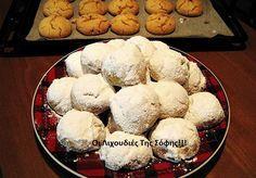 Ένας σωστός κι αφράτος κουραμπιές χρειάζεται μόνο 3 βασικά υλικά : βούτυρο, αλεύρι και λίγη ζάχαρη. Η πολλή ζάχαρη σφιγγει τους κουραμπιέδες. Το οποιοδήποτε υγρό που βρίσκεται στα (αυγά, κονιάκ, μ... Xmas Food, Christmas Cooking, Christmas Recipes, Christmas Time, Christmas Ornaments, Greek Sweets, Greek Recipes, Creative Food, Food To Make