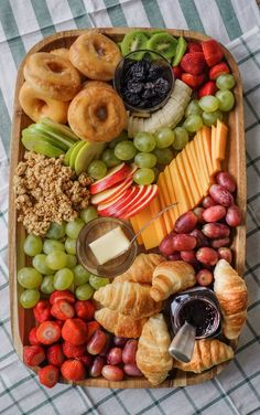 brunch cheese board - the best breakfast charcuterie board Looking for an easy brunch to feed a crowd? Try a brunch cheese board - this post has topping ideas to make a delicious breakfast cheese board! Charcuterie Recipes, Charcuterie And Cheese Board, Cheese Boards, Cheese Board Display, Charcuterie Display, Wooden Cheese Board, Catering Display, Catering Food, Comida Picnic