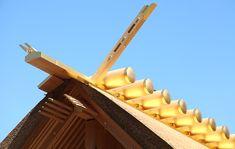 内宮の正宮である皇大神宮についてご紹介。日本人の大御祖神である天照大御神をお祀りする皇大神宮、その由緒と沿革についてご説明します。お伊勢さんとして親しまれる伊勢神宮へぜひお参りください。