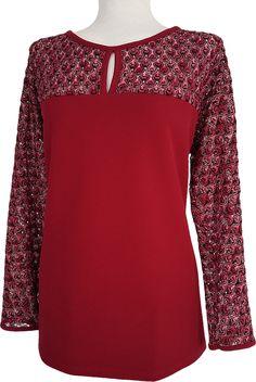 Camiseta con mangas y canesú de blonda, elegante, amplia, confortable y actual.