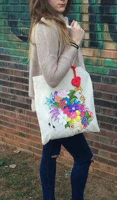 flowers design hand painted tote bag with tshirt por myladiesandme Fabric Tote Bags, Diy Tote Bag, Painted Canvas Bags, Hand Embroidery, Embroidery Designs, Hand Painted Dress, Net Bag, Paper Flower Backdrop, Creation Couture