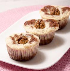 Wat krijg je als je carrotcake en cheesecake samen combineert in een muffinbakblik? Juist, CARROT CHEESECAKE CUPCAKES! Zo lekker, die moet je echt proberen!
