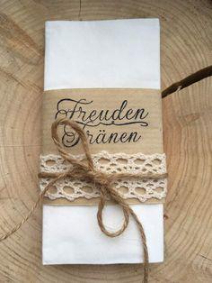 """**Freudentränen Taschentücher **  Taschentuch mit Banderole, die mit dem Schriftzug """"Freudentränen"""" gestempelt ist und mit einem Spitzenband und Kordel dekoriert ist.   Wenn du lieber ein anderes..."""