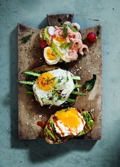 Eggs on toast. - Sunny Mediterranean beaches and first-rate nightlife are not all that Tel Aviv has to offer, it also happens to be an incredible city for brunch. Take note of the Top 10 Reasons Why Tel Aviv is the Best City for Brunch with TheCultureTrip Stop Eating, Clean Eating, Healthy Eating, I Love Food, Good Food, Yummy Food, Cooking Recipes, Healthy Recipes, Food Presentation