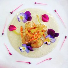 Le patate novelle su crema di cipolla egiziana ligure e l'insalatina di fiori. Biodiversità applicata in cucina